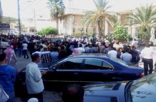 لقاء في مكتب محافظ عكار لمعالجة زحمة اللاجئين أمام السراي